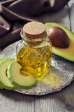 Flaska av nödvändig olja för avokado Arkivbilder