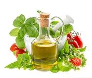 Flaska av olivolja med nya medelhavs- örter Arkivfoton