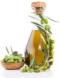 Flaska av olivolja med nya oliv Royaltyfria Bilder