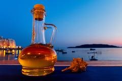 Flaska av olivolja- och havsskalet Royaltyfri Bild