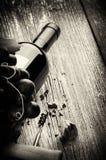 Flaska av rött vin med den nya druvan och korkskruvet Arkivfoto