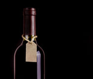 Flaska av rött vin med etiketten arkivbild