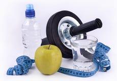 Flaska av vatten, grönt äpple, exponeringsglas av vatten, rullhjul för a Arkivbild