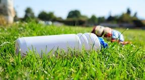 Flaska av vatten på ett fotbollfält Arkivbild