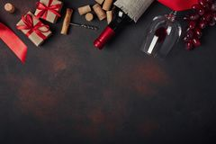 Flaska av vin, gåvaask, röda druvor, korkskruv och korkar, på ru royaltyfri foto
