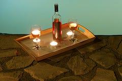 Flaska av vin på poolsiden Royaltyfria Bilder