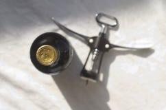 Flaska av vinsommelierkorkskruvet Royaltyfri Bild