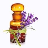 Flaska för apotekare` s med lavendel Arkivbilder