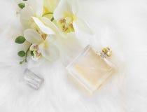 Flaska för blom- doft med orkidén, fast utgiftskott royaltyfri bild
