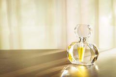 Flaska för doft för snittexponeringsglas på trätabellen Arkivfoto