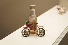 Flaska för julcykelprydnad och kortkortwhisky royaltyfria foton