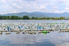 Flaska för många plast- i havet Arkivbild