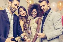 Flaska för manöppningschampagne på beröm i klubba Royaltyfria Foton