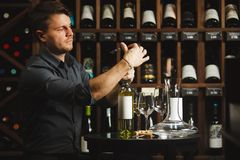 Flaska för vitt vin för Sommelier öppnande med corckcrew Royaltyfri Foto