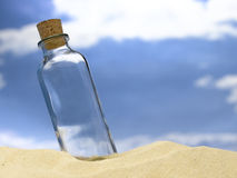 Flaska i sand royaltyfria bilder