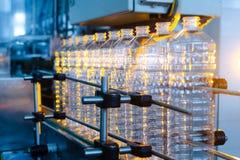 Flaska Industriell produktion av plast-husdjurflaskor Fabrikslinje för fabriks- polyetylenflaskor Genomskinlig matpackag royaltyfri bild