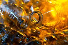 Flaska Industriell produktion av plast-husdjurflaskor Fabrikslinje för fabriks- polyetylenflaskor Genomskinlig matpackag royaltyfria foton