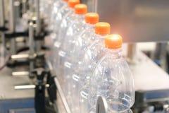 Flaska Industriell produktion av plast-husdjurflaskor Fabrikslinje f?r fabriks- polyetylenflaskor Genomskinlig matpackag royaltyfria foton