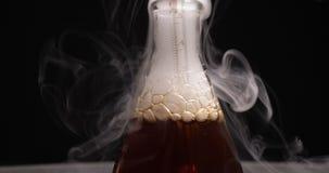 Flaska med den mörk agens och ånga i kemisk labb lager videofilmer