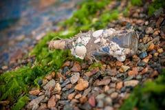 Flaska med ett meddelande royaltyfri foto