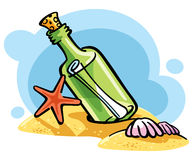 Flaska med ett meddelande på sanden Royaltyfria Bilder