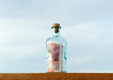 Flaska med femtio pund tecken inom Arkivfoton