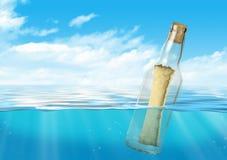 Flaska med meddelandeflötet på havet Arkivbild