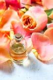 Flaska med nödvändig aromolja på vit träbakgrund royaltyfri fotografi