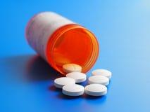 Flaska med preventivpillerar arkivbild