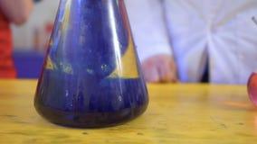 Flaska med syra och blåttagens stock video