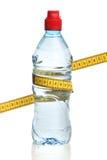 Flaska med vatten och ett mäta band Royaltyfri Foto