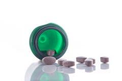 Flaska med vitaminpreventivpillerar Royaltyfria Bilder
