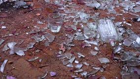 Flaska med vodkanedgångar till golvet lager videofilmer
