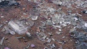 Flaska med vodkanedgångar till golvet arkivfilmer