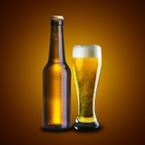 Flaska och exponeringsglas av öl Arkivbilder