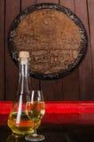 Flaska och exponeringsglas av vin med träprydnaden i bakgrunden royaltyfri fotografi