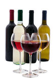 Flaska och exponeringsglas för rött och vitt vin på vit bakgrund royaltyfri fotografi
