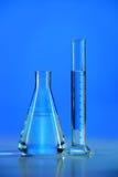 Flaska och graderad cylinder arkivfoto
