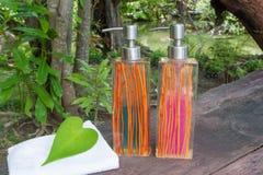 Flaska och handdukar för vätsketvål Arkivfoto