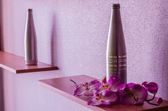 Flaska och orkidé royaltyfria foton