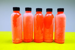 Flaska på tabellen arkivbilder