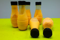 Flaska på tabellen fotografering för bildbyråer
