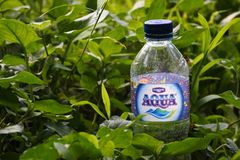 Flaskan av Aqua är ett indonesiskt märke av mineralvatten arkivfoto