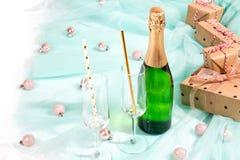 Flaskan av champagne- och gåvaaskar slogg in kraft brunt papper arkivbild
