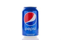 Flaskan av en pepsi drink på en vit isolerade bakgrund Vara kan u royaltyfri foto