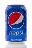Flaskan av en pepsi drink på en vit isolerade bakgrund Vara kan u royaltyfria foton