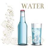 Flaskan av vatten och ett exponeringsglas på bakgrunden av skissar is och Arkivfoto
