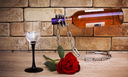Flaskan av vin och steg Royaltyfria Bilder