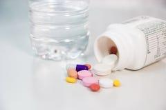 flaskan capsules det spillda recept Arkivbilder
