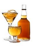 flaskan cups exponeringsglaswhiskey royaltyfria bilder